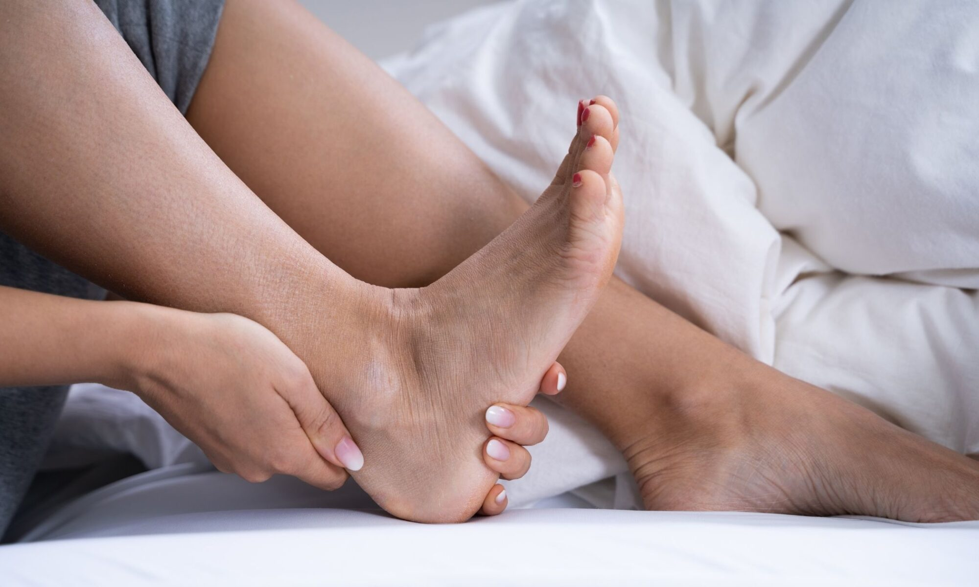 Mujer siente dolor en el talón de Aquiles