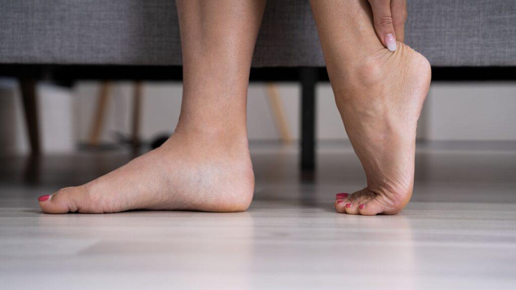 Mujer se levanta con un dolor en el talón de Aquiles