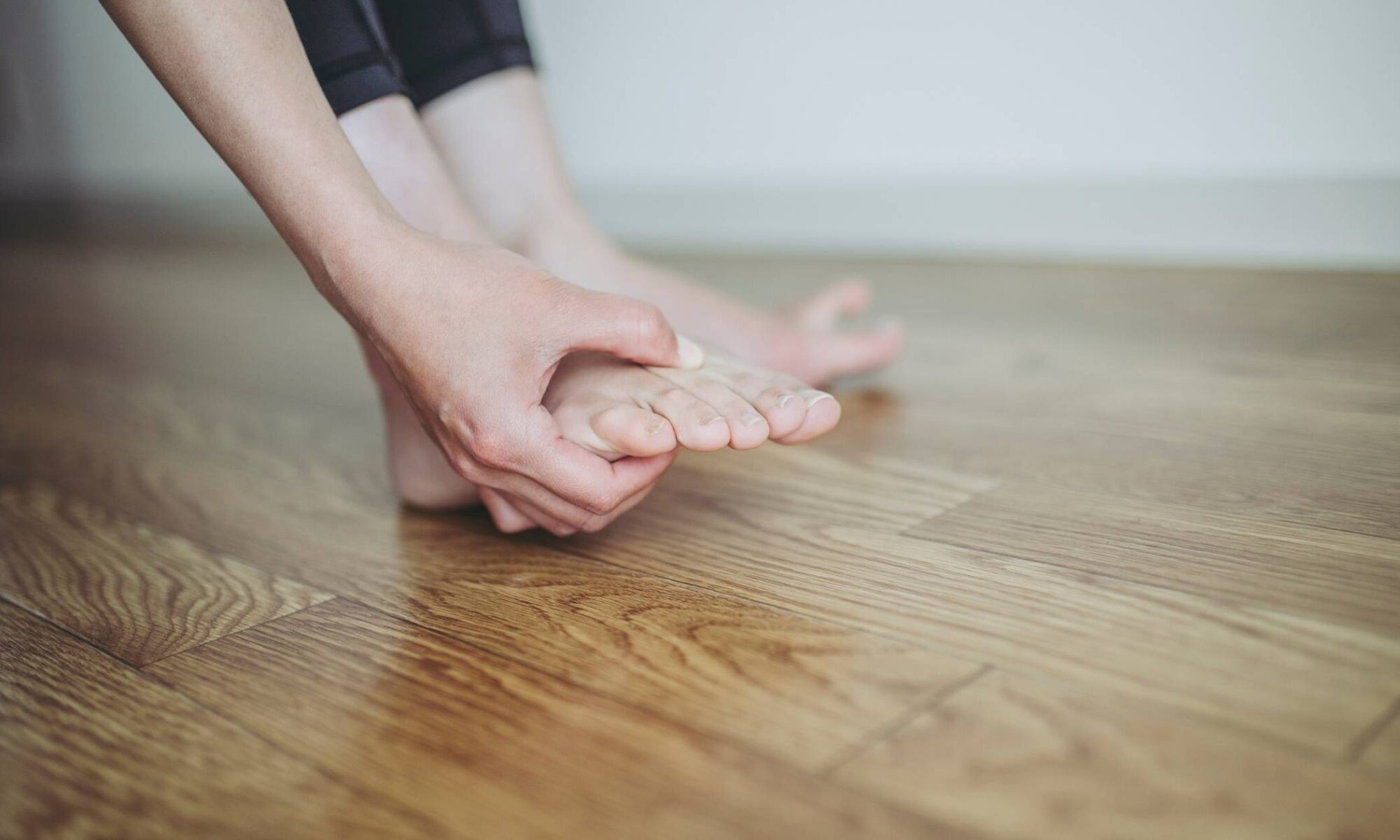 Dolor debajo del dedo gordo del pie al despertarse o hacer ejercicio