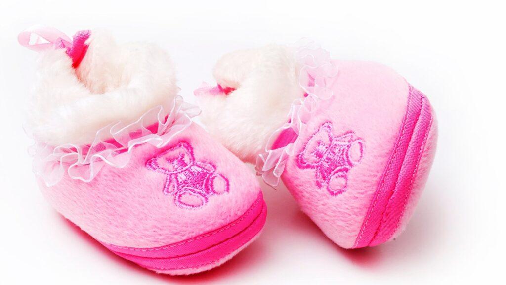 Calzado rosa para pies de bebés recién nacidos